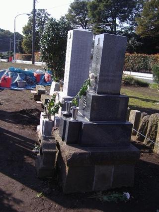傾いた墓石